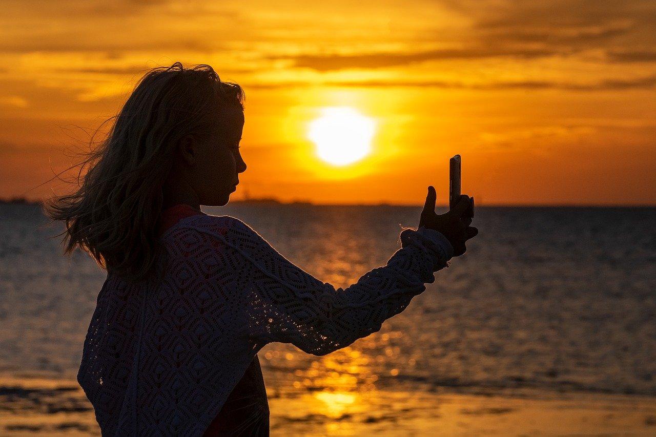 selfie, girl, silhouette-3611467.jpg